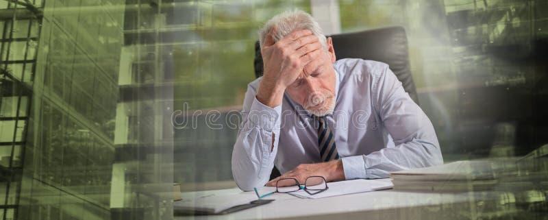 Уставший бизнесмен сидя в офисе; множественная выдержка стоковая фотография rf