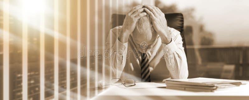 Уставший бизнесмен сидя в офисе; множественная выдержка стоковое изображение rf