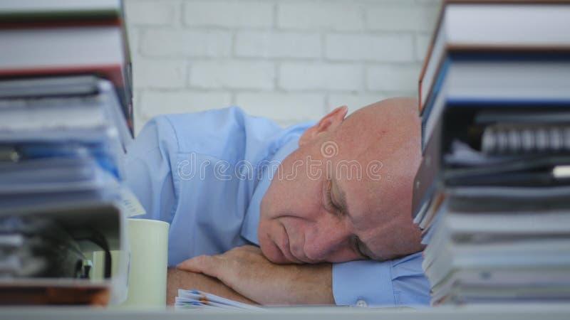 Уставший бизнесмен спать с головой на таблице в комнате офиса стоковое изображение rf