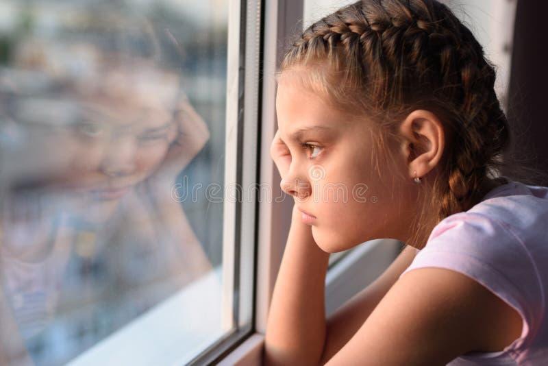 Усталая от самоизоляции, скучающая карантина смотрит в окно стоковые фотографии rf