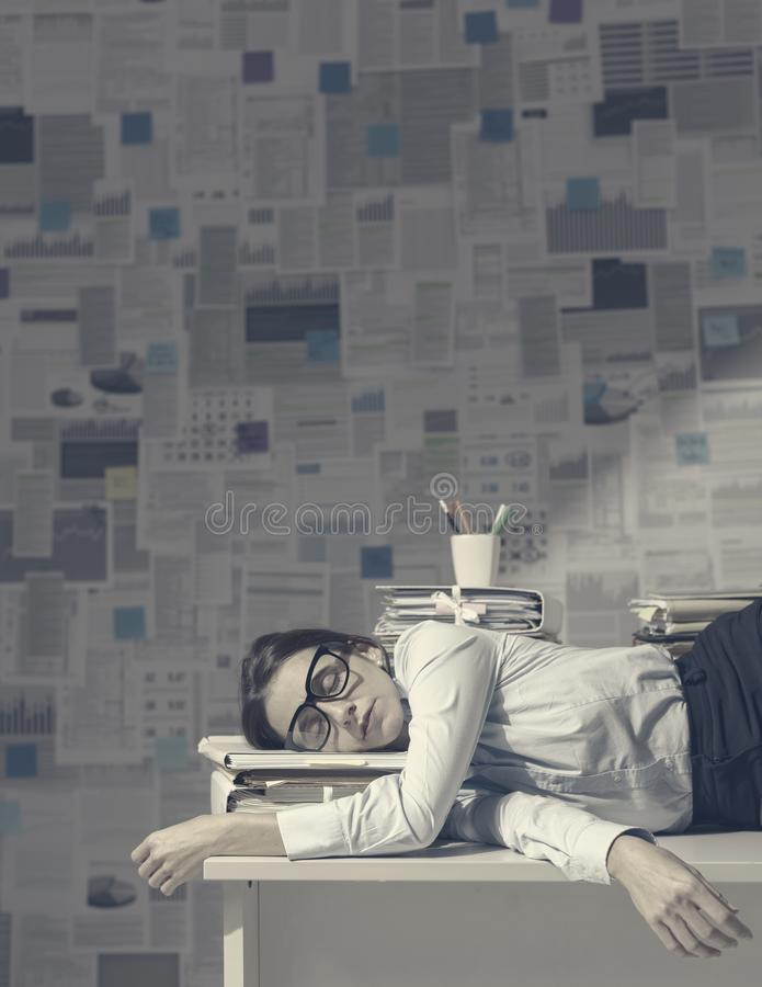 Усталый руководитель бизнеса, спящий в офисе стоковые изображения