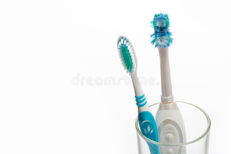 _устанавливать нов и стар зубн в стекл на бел предпосылк стоковое фото rf