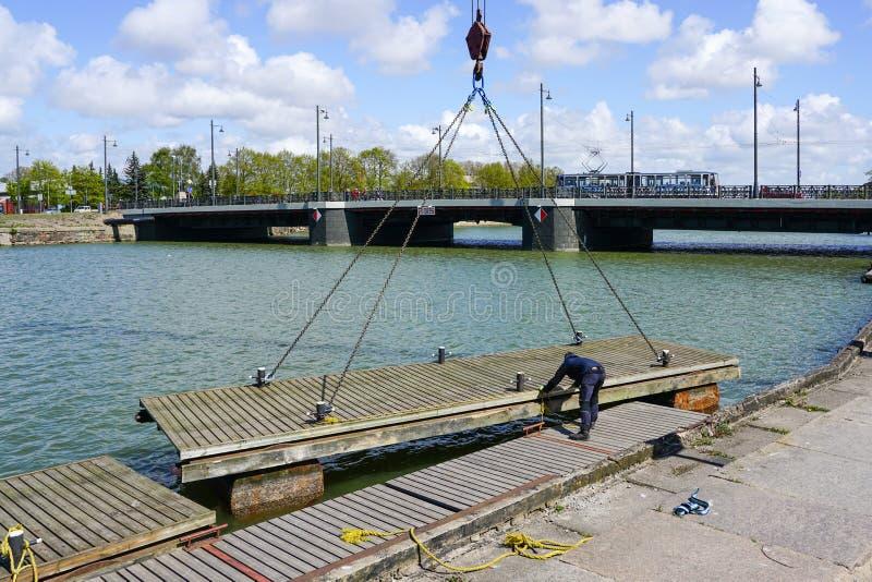 Устанавливать плавая понтон Марины в воде с помощью крану стоковые изображения rf