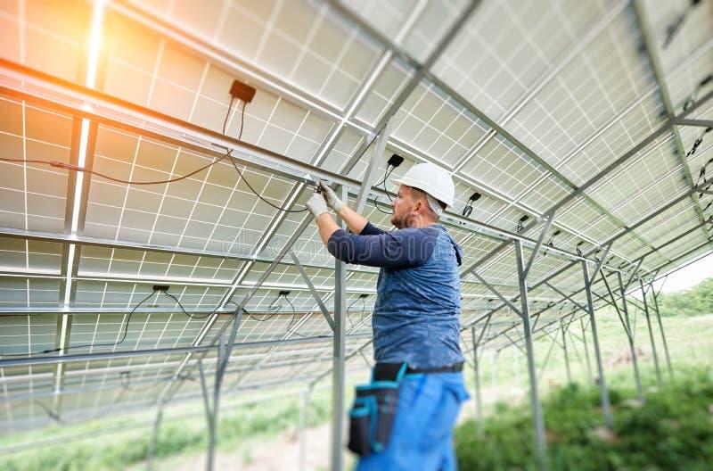 Устанавливать системы панели солнечного фото voltaic стоковые фото