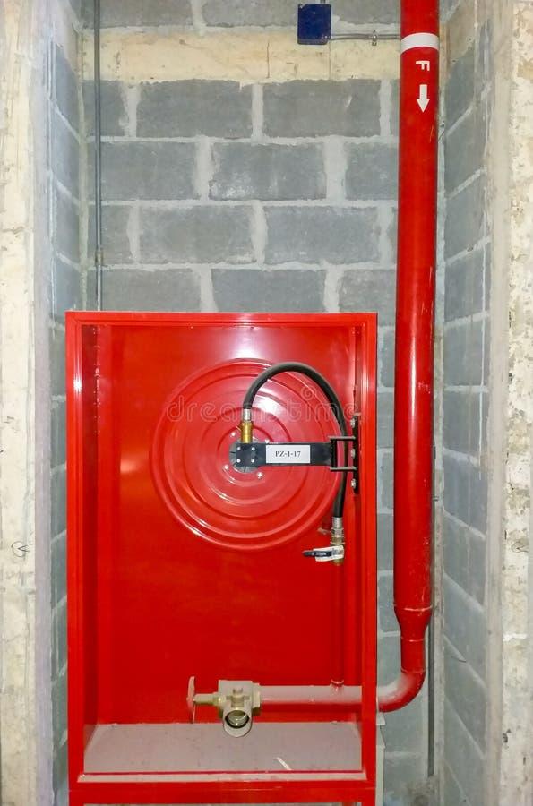 Устанавливать шкаф пожарного рукава стоковая фотография rf