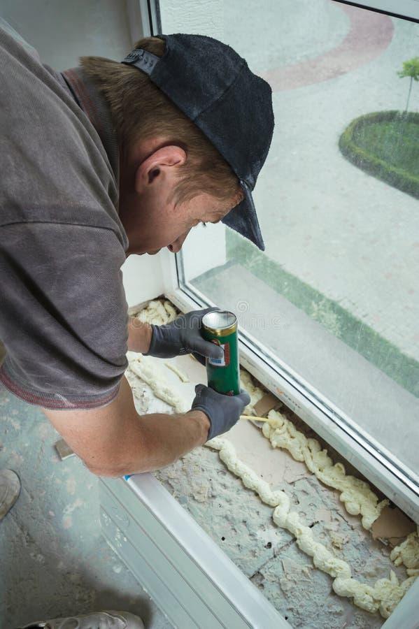 Устанавливать силл окна стоковые фото