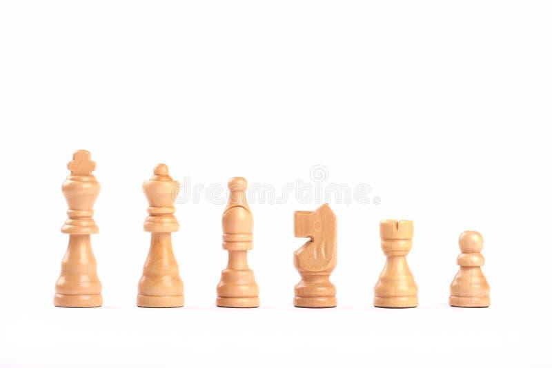 Установите белых деревянных изолированных диаграмм шахмат в ряд на белой предпосылке стоковое изображение