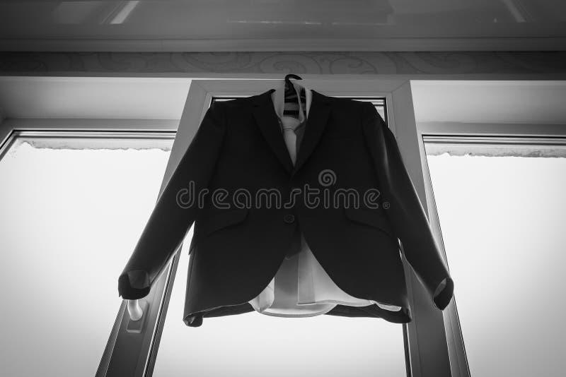 Установите выхольте аксессуары на день свадьбы Детали свадьбы Ботинки кожаных людей с поясом и бабочкой выхольте аксессуары стоковое фото