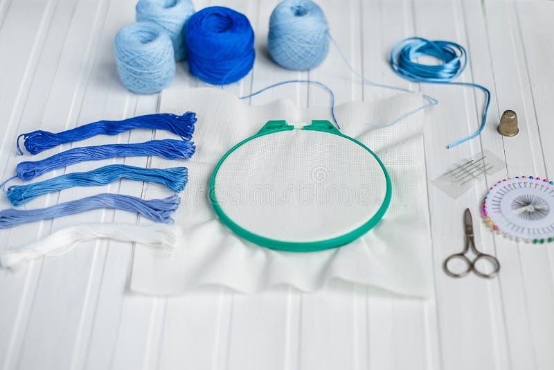 Установите для вышивки, обруча вышивки, linen ткани, потока, ножниц, вышитой кровати иглы стоковое фото rf