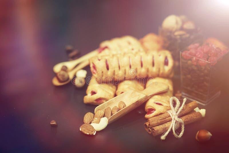 Установите для помадок и печениь завтрака с гайками для чая на bl стоковые фото