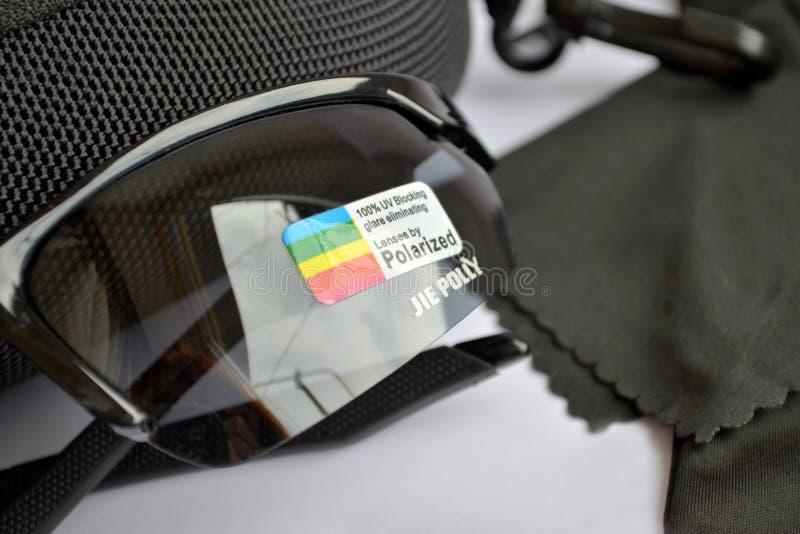 Установите для продажи солнечных очков черноты спорта с фотохромным и поляризовывая влиянием, крупным планом стоковое изображение rf