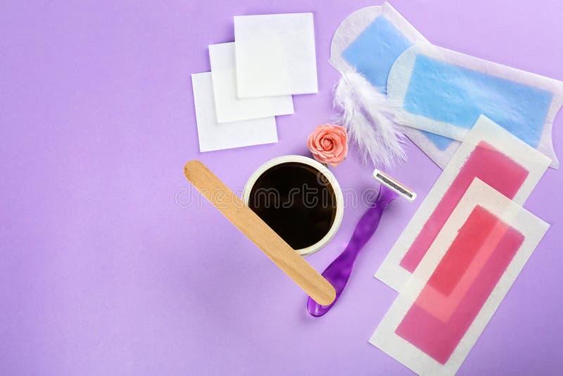 Установите для удаления волос на предпосылке цвета стоковые изображения