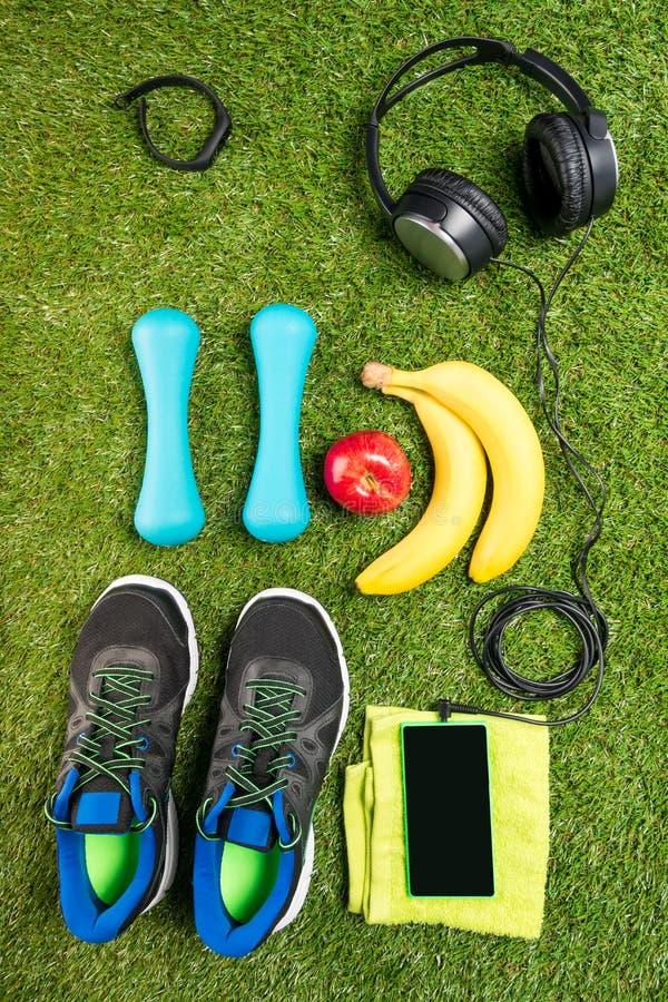 Установите для фитнеса и резвитесь питание, на фоне травы стоковая фотография rf