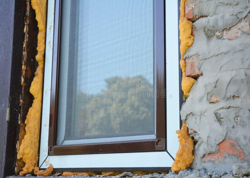 Установите изоляцию окна с пеной Сеть окон москита предлагает защиту стоковые фотографии rf