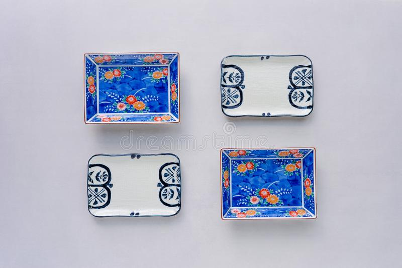 Установите керамических блюд на предпосылке таблицы Взгляд сверху стоковое изображение rf