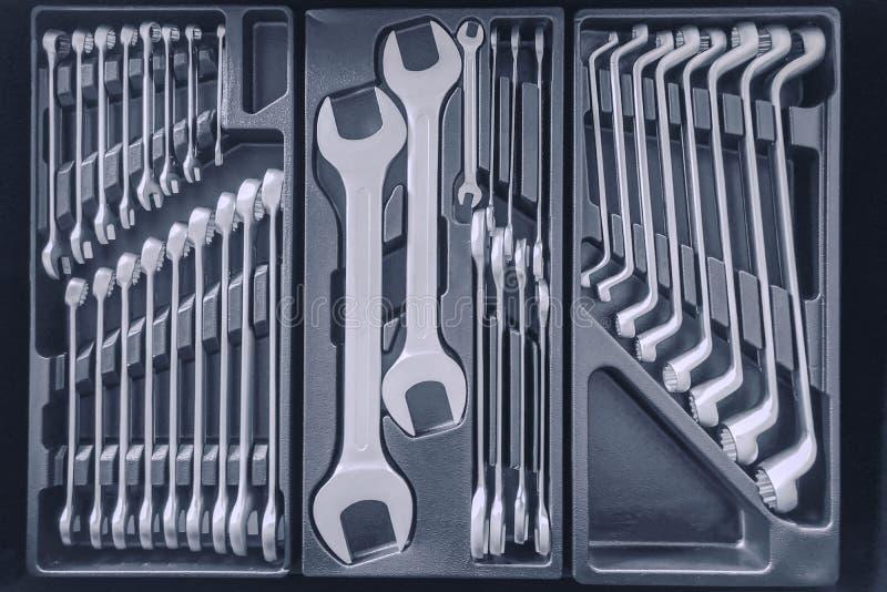 Установите ключей внутри Toolbox, ключей и гаечные ключи, коробка с набором инструментов, устанавливают механические инструменты стоковое фото
