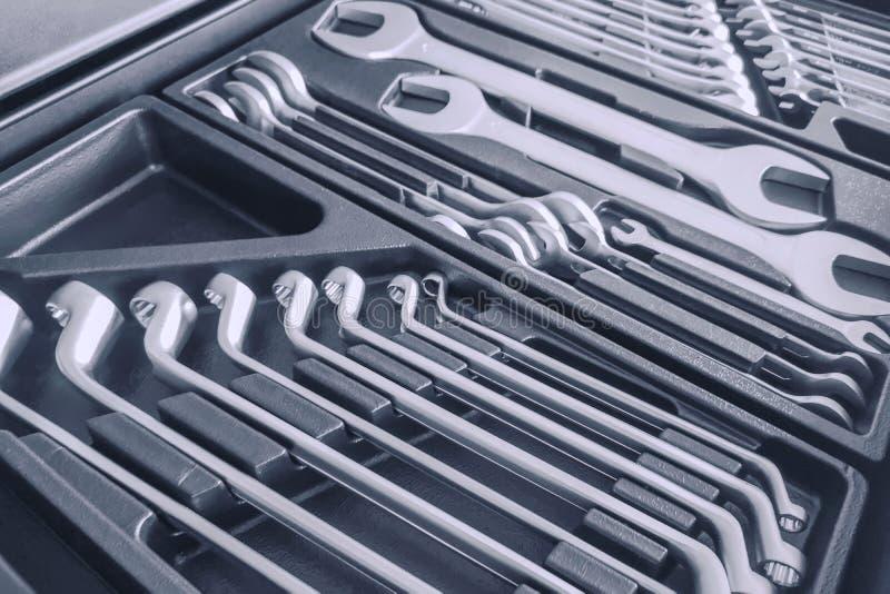 Установите ключей внутри Toolbox, ключей и гаечные ключи, коробка с набором инструментов, устанавливают механические инструменты стоковое фото rf