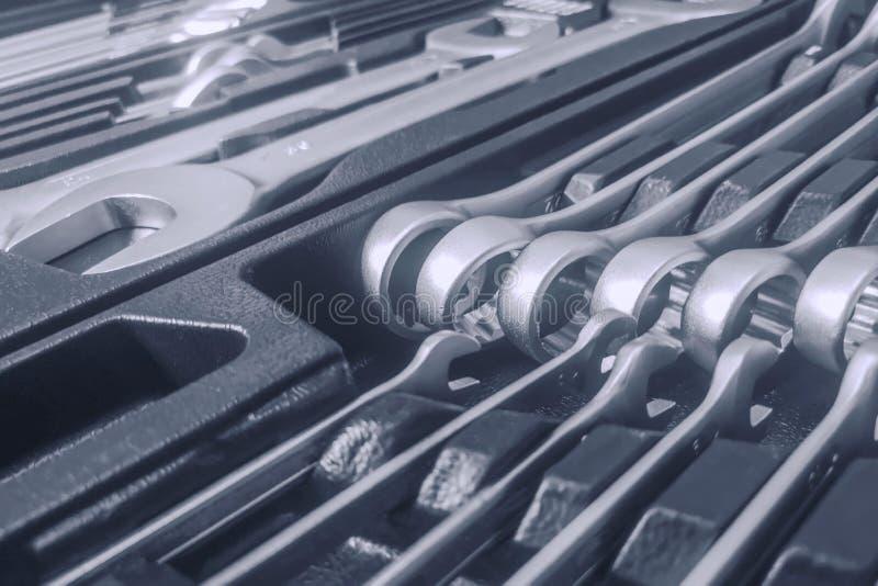 Установите ключей внутри Toolbox, ключей и гаечные ключи, коробка с набором инструментов, устанавливают механические инструменты стоковое изображение