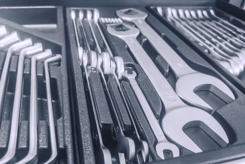 Установите ключей внутри Toolbox, ключей и гаечные ключи, коробка с набором инструментов, устанавливают механические инструменты стоковая фотография