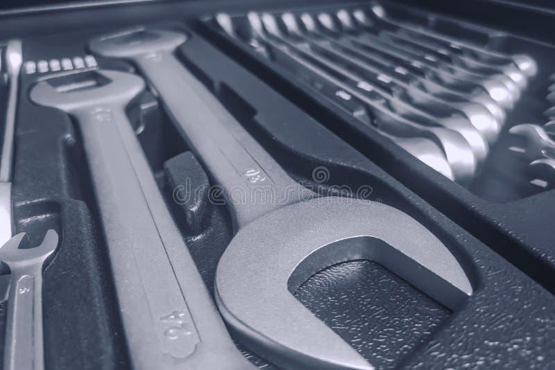 Установите ключей внутри Toolbox, ключей и гаечные ключи, коробка с набором инструментов, устанавливают механические инструменты стоковая фотография rf