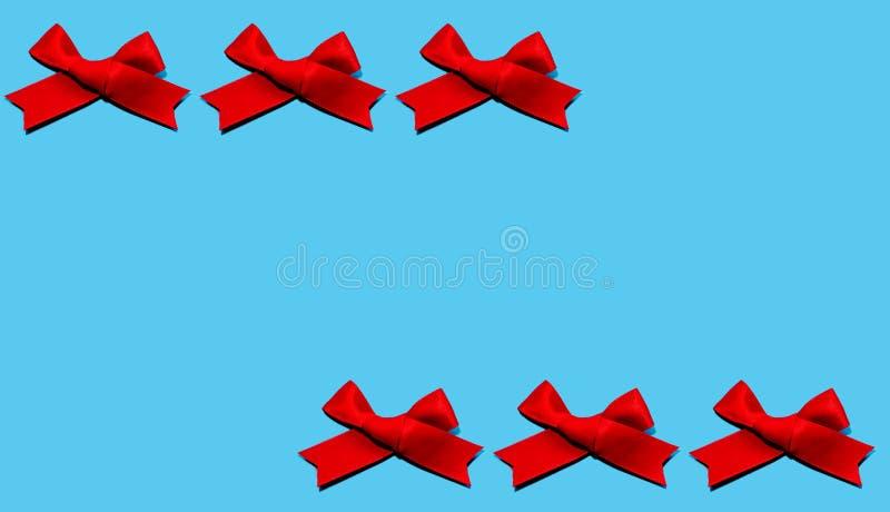 Установите красных лент изолированных на голубой предпосылке цвета Плоское положение стоковое фото