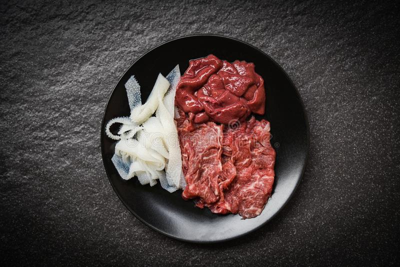 Установите куска и печени говядины мяса на предпосылке черной плиты темной для кухни сваренной или Sukiyaki Shabu shabu японской  стоковые фотографии rf