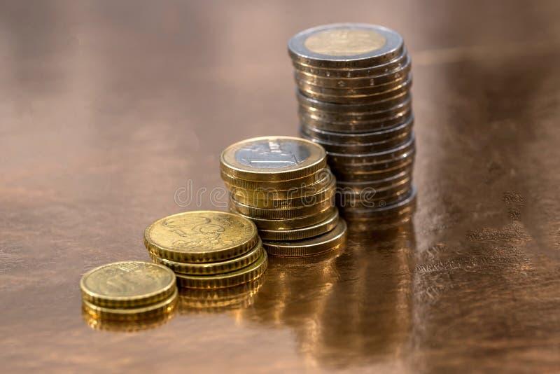 Установите монеток евро размещанных на золотой предпосылке стоковое фото rf
