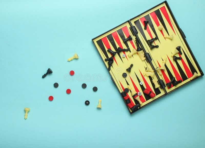 Установите настольных игр: контролеры, нард, шахматы на голубой предпосылке, взгляд сверху стоковое фото rf