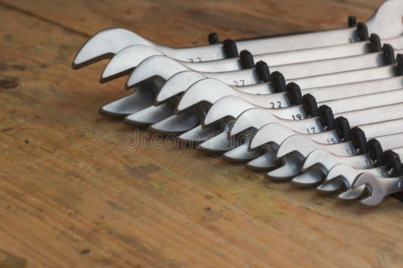 Установите новых ключей на деревянной предпосылке стоковое фото rf