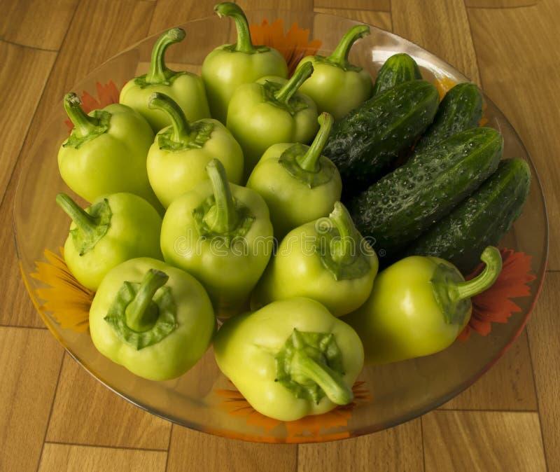 Установите овощей огурцы и перцы в плите ингредиенты для салата стоковая фотография