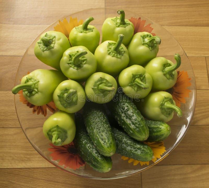 Установите овощей огурцы и перцы в плите ингредиенты для салата стоковые изображения rf