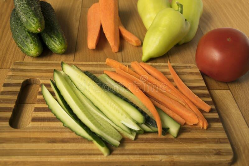 установите овощей огурцы, перцы, томаты и моркови ингредиенты для салата vegetarianism стоковое изображение rf