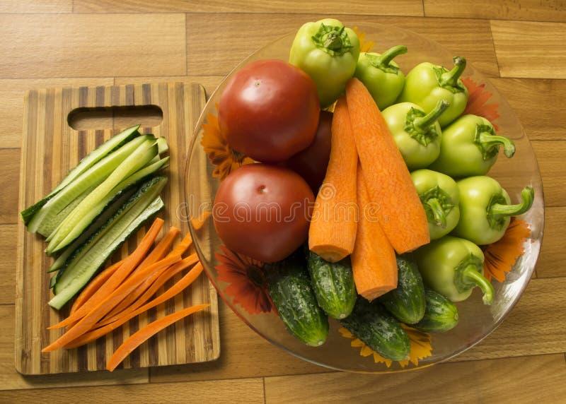 установите овощей огурцы, перцы, томаты и моркови ингредиенты для салата vegetarianism стоковое фото rf