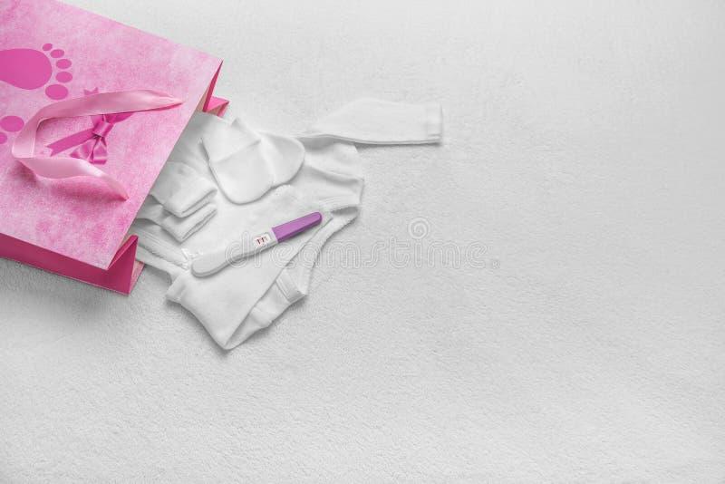 Установите одежды детей в сумке подарка стоковые фото