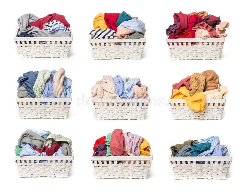 Установите одежд в корзине прачечной деревянной изолированной на белой предпосылке стоковые фотографии rf
