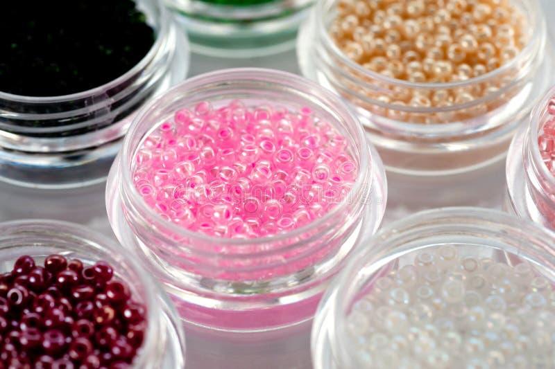 Установите пестротканых шариков для вышивки и needlework в пластиковых опарниках стоковая фотография rf