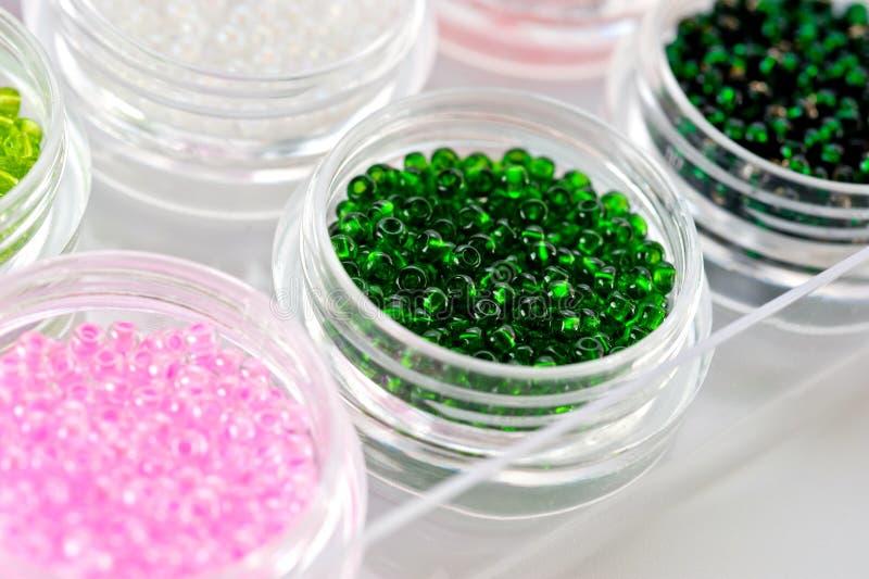 Установите пестротканых шариков для вышивки и needlework в пластиковых опарниках стоковое изображение
