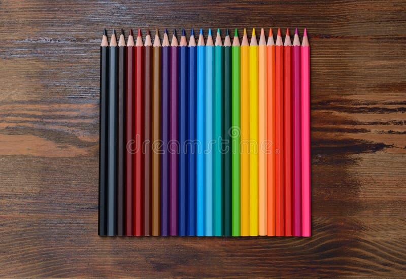 Установите покрашенных карандашей на деревянной предпосылке стоковая фотография rf