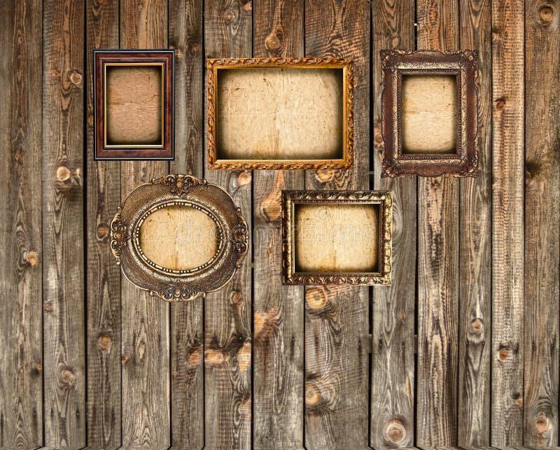 Установите пустых картинных рамок на деревянной стене стоковые фотографии rf