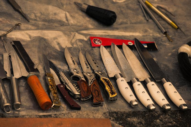 Установите различных ножей на блошином рынке Нож утвари на исчезает рынок, советское собрание стоковые фотографии rf