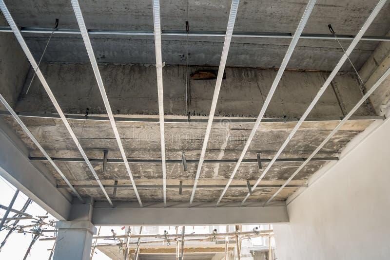 Установите рамку металла для потолка гипсовой доски на дом стоковые изображения