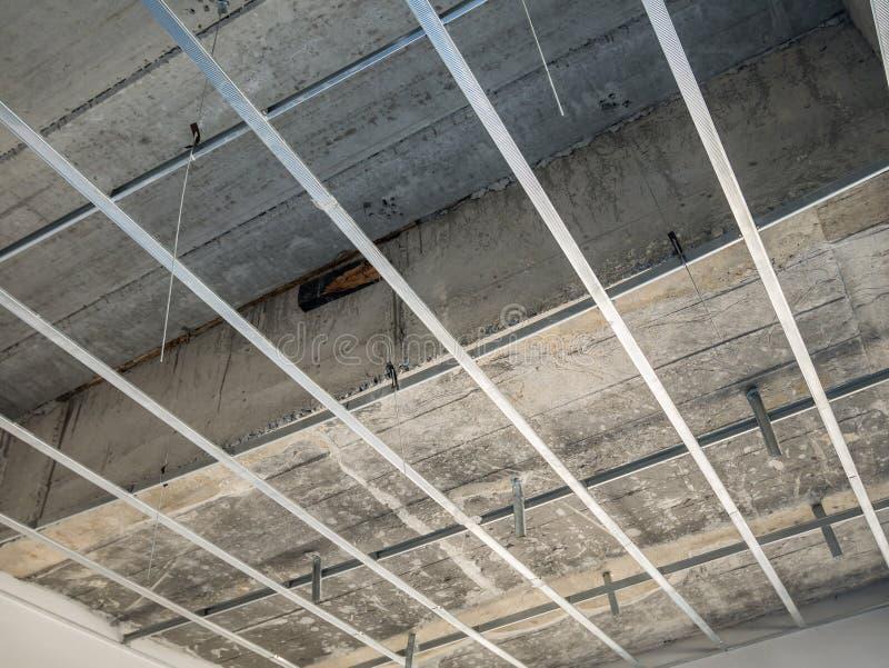 Установите рамку металла для потолка гипсовой доски на дом стоковая фотография rf
