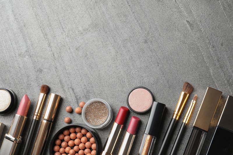 Установите роскошных продуктов макияжа на серой предпосылке, плоском положении стоковая фотография rf