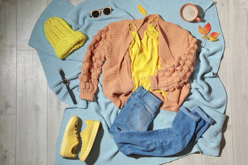 Установите стильного обмундирования зимы на одеяле стоковое изображение rf
