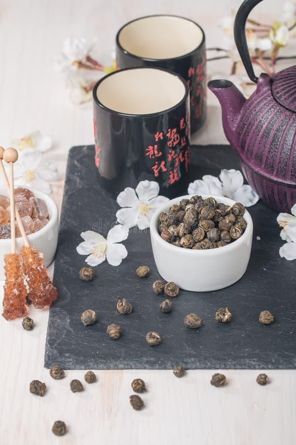 Установите с высушенными зеленым чаем и сахаром стоковая фотография rf