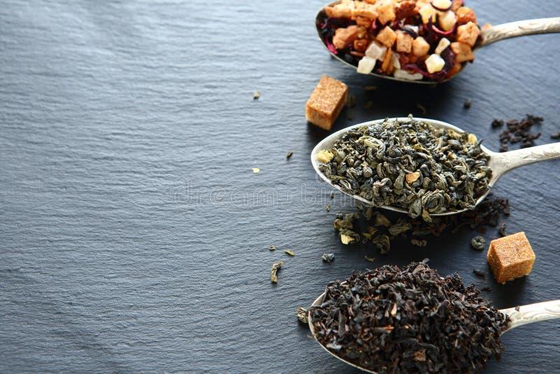 Установите чай в ложке с частями сахара стоковые изображения