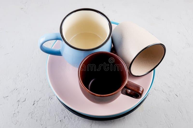 Установите чистого tableware на серой конкретной предпосылке стоковые фото