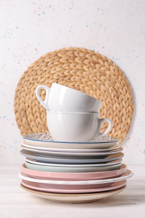 Установите чистой посуды на белой таблице стоковые изображения