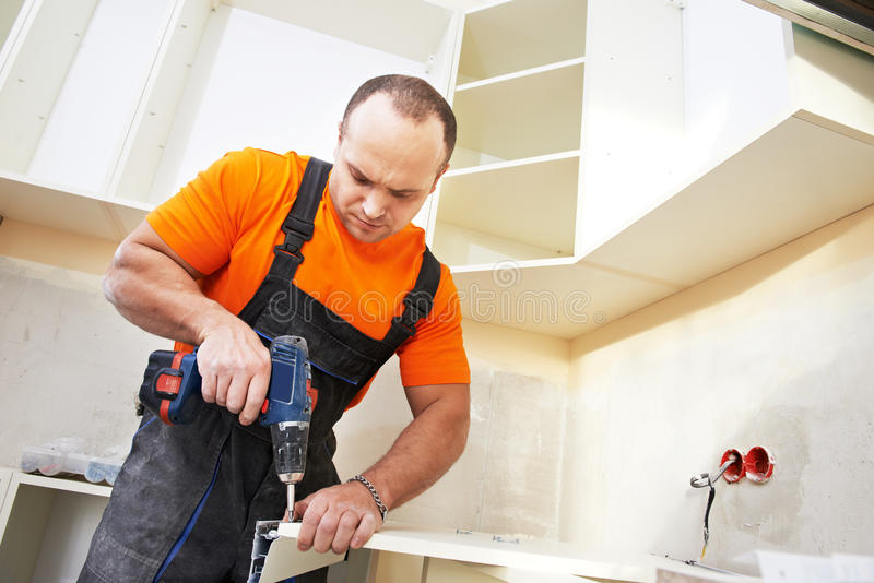 Установитель кухни на работе плотника стоковые изображения rf