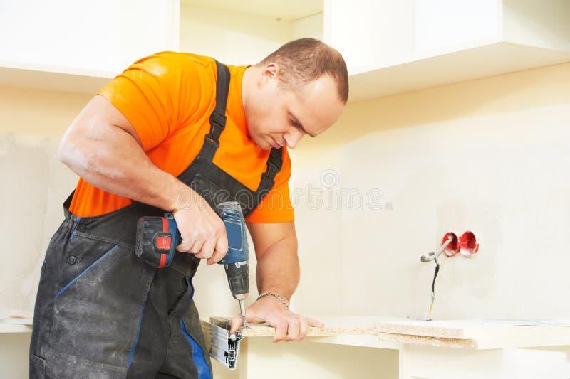 Установитель кухни на работе плотника стоковая фотография rf